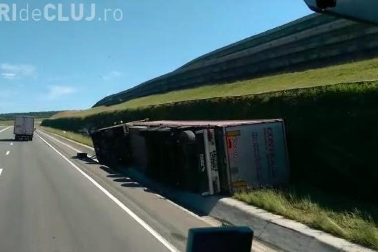 Accident pe varianta Vâlcele-Apahida. Un șofer s-a răsturnat cu TIR-ul pe marginea drumului VIDEO