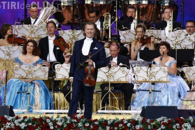 Andre Rieu i-a parodiat pe românii care au întârziat la concert. Stăteau la coadă la bere și crenvurşti
