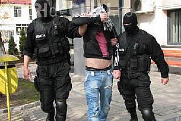 Spărgător de mașini, prins de trecători în Mărăști. Poliția l-a preluat și reținut pe 24 de ore