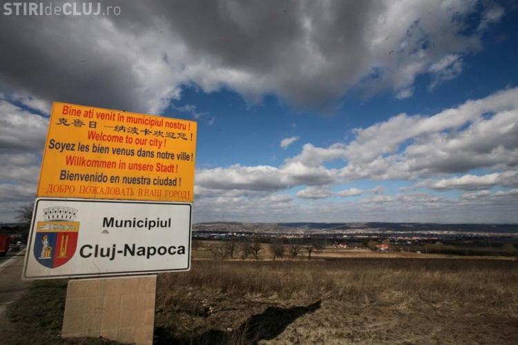 La intrare în Cluj-Napoca a fost amplasată o plăcuță în 7 limbi, dar pe ea nu scrie nimic în MAGHIARĂ - FOTO