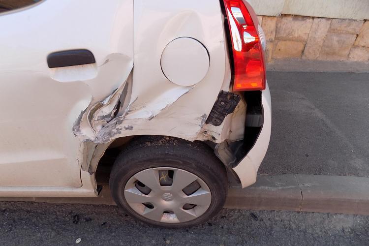 Și-a găsit mașina lovită pe o stradă din Cluj-Napoca. Autorul a FUGIT - FOTO
