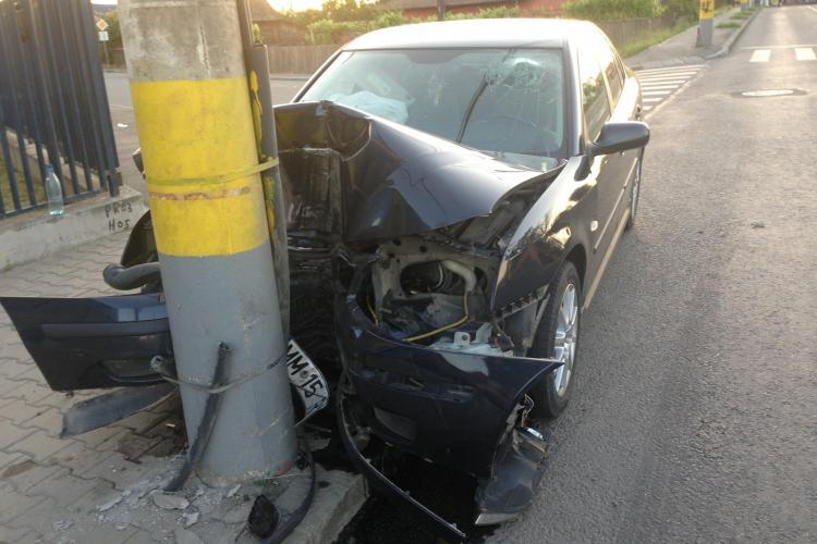 Accident pe Traian Vuia! Un șofer neamț i-a tăiat calea unui alt șofer. Ultimul a ajuns în STÂLP - FOTO