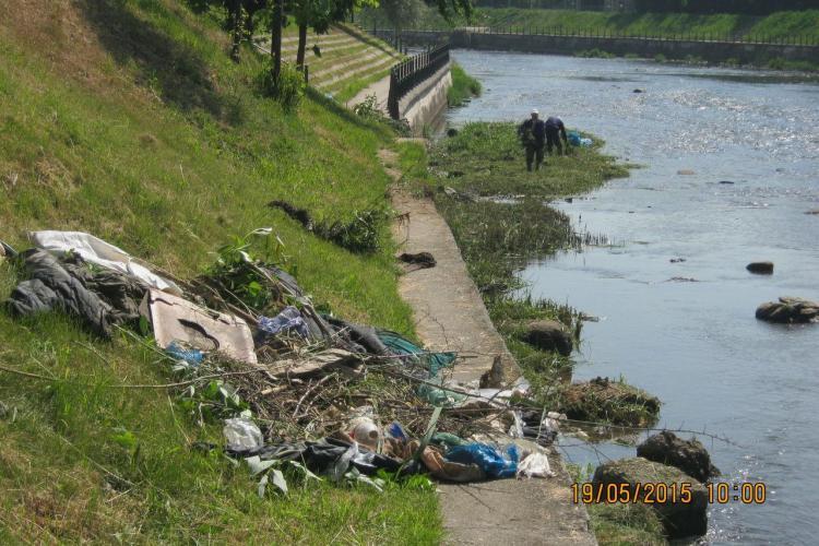 Clujenii folosesc Someșul ca pe propriul coș de gunoi. Vezi ce au fost în stare să arunce în râu FOTO