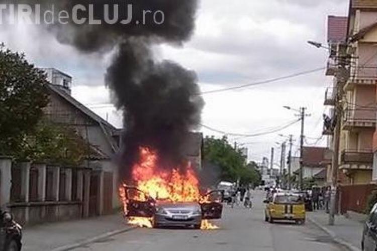 O mașină a ars între blocuri la Gherla - VIDEO