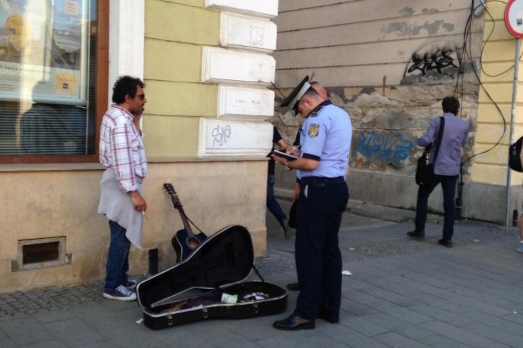 După violonistul ALUNGAT, Poliția Locală a amendat și un chitarist pe Eroilor - FOTO