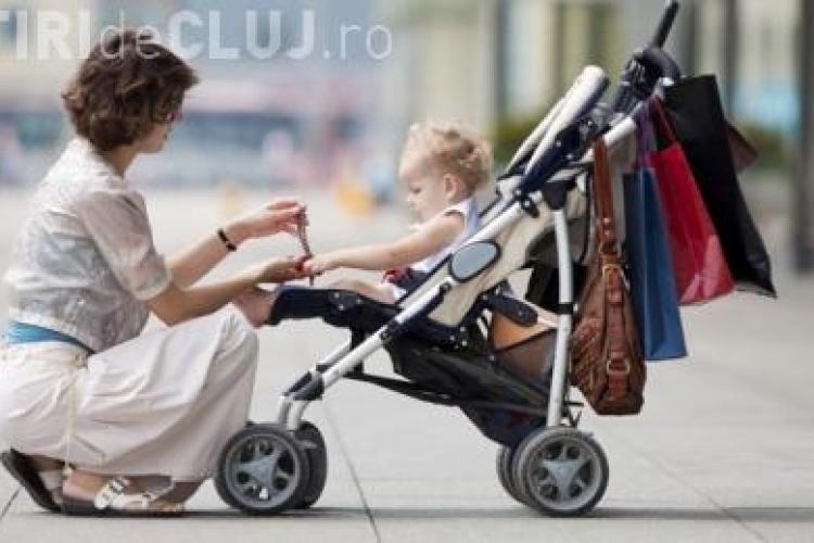 O femeie se plimba pe trotuar cu copilul ei și totul s-a prăbușit sub ea - VIDEO