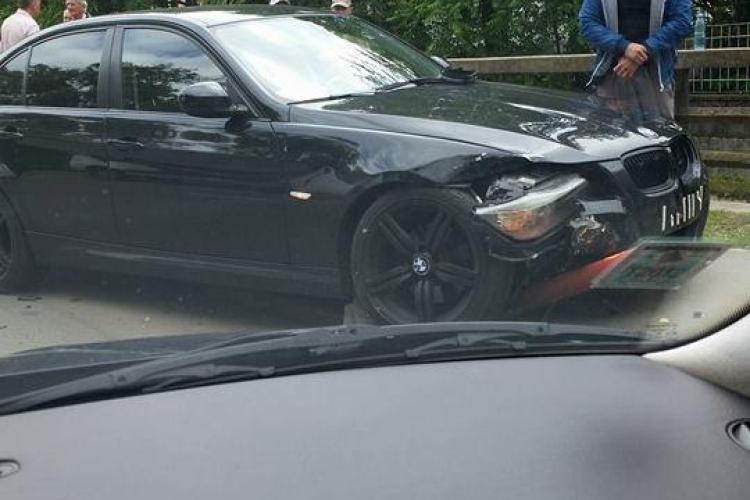 Un șofer cu BMW a rămas AGĂȚAT în stâlpii de metal de lângă lacul Chios - FOTO