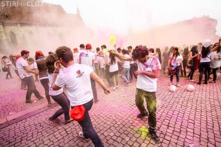 ZILELE CLUJULUI: Bătaie cu culori în centrul Clujului - FOTO