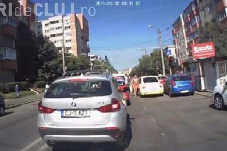 Cum să enervezi șoferii la Cluj! O femeie și-a lăsat mașina pe banda întâi și a plecat VIDEO