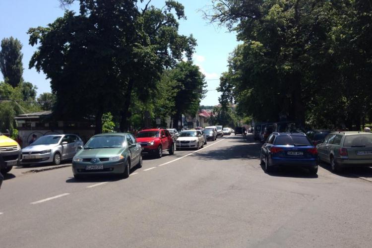 Adio parcări pe trotuarul de lângă Parcul Central. Se montează stâlpi metalici